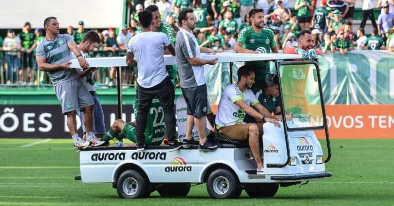 jogadores-da-chapecoense-comemoram-vaga-na-libertadores-passenado-no-carro-maca-1512338134464_956x500